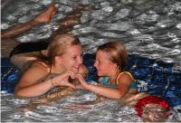 Mutter mit Kind im Bad