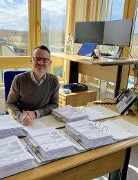 Geschäftsführer Ernst Volkhart bei der Unterzeichnung des Bauantrags