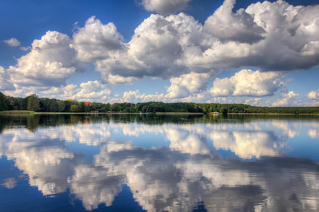 Im glatten Lübbesee spiegeln sich die Wolken (Foto: templiner.de)