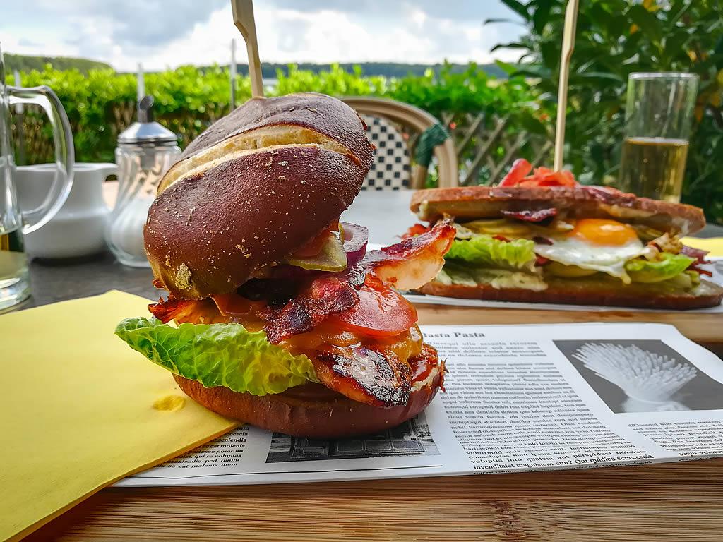 """""""Chicken Burger"""" und """"Pastrami Sandwich"""" sind liebevoll zubereitet (Foto: templiner.de)"""