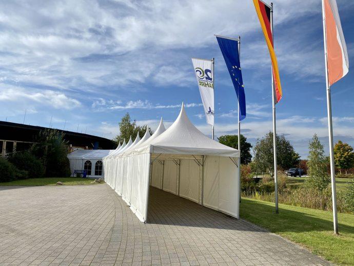 Zelt im Eingangsbereich der NaturThermeTemplin